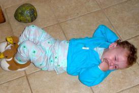 Bacanje jednogodišnjeg deteta